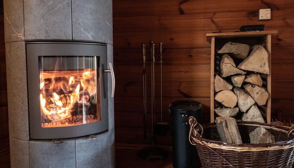 Ein behagliches Feuer für entspannende Atmosphäre