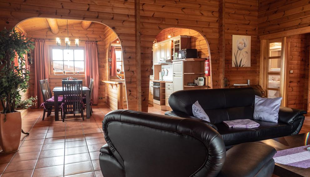 Blick vom Wohnzimmer in den Koch- und Essbereich