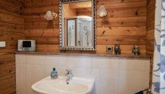 Auch das Badezimmer hat einen rustikalen Charme