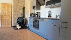 Mit Kaminofen in der Küche
