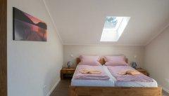 Mit einem luxuriösen Doppelbett